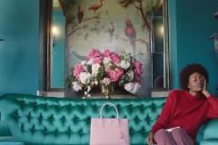 _项目简介受到假日季亲友之间慷慨给予和亲密关系的启发,导演Autumn de Wilde设计了4个简短的电影故事,命名为《邮差的礼物》,聚