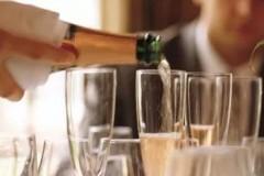 吃法餐的顺序是什么?一般法餐的餐单是由餐前酒、前菜、汤、主菜、乳酪、甜点和咖啡所组成的。餐前酒(Apéritif)一般为香槟或气泡酒,它最
