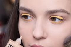 Dior迪奥彩妆创意与形象总监Peter Philips利用彩色眼线搭配不同色彩的太阳镜,为Dior迪奥二零一八秋冬成衣系列发布秀打造一款