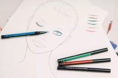 Dior迪奥二零一八秋冬成衣系列发布秀秀场妆容重点聚焦于眼部,彩色眼线匠心独具。敬请点击视频,与Dior迪奥彩妆创意与形象总监Peter