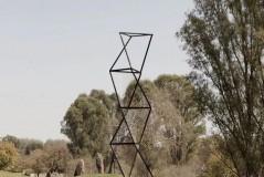 """混沌理论中的一个原则提到:""""始终存在着通常不可见的根本结构...""""▲《构造》(炭笔,2013,AIR约克郡雕塑公园)▲《结构重写本》"""
