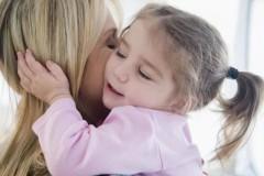 """妈妈,为我们的人生创造了太多的""""第一次""""。牵着我第一次走路,为我过第一次生日,给我买第一个书包,送我第一次走进学校……她用一个个""""第一次"""""""