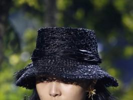 """2020春夏巴黎时装周Dior秀场:高光唇打造""""低调中的夺目"""""""