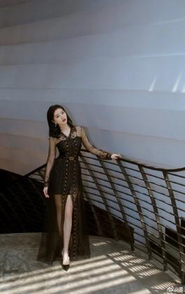 景甜出席品牌发布会 妆容精致时尚感十足