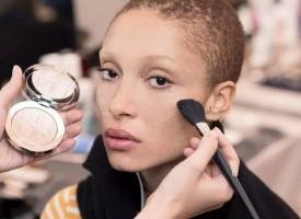 "Dior迪奥彩妆创意与形象总监Peter Philips为Dior迪奥二零一七秋冬成衣系列发布秀打造出一款熠熠闪耀的自然妆容。""在这个系列"