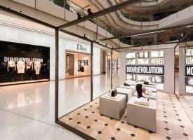 为庆祝迪奥女装高级订制、成衣以及配饰系列创意总监Maria Grazia Chiuri的首个系列上市,品牌分别于上海国金中心及北京SKP揭