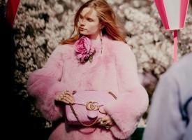"""Gucci 与国际时尚杂志《A Magazine Curated By》携手合作的展览""""策展米开理""""北京篇章中,曾展出一副由英国独立乐队"""