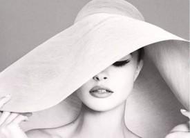"""女性的优雅之美,源于对内心渴望的不断探索。优雅的女性,熟知如何""""悦己"""",总能让生活充满愉悦和惊喜;她们追求高质量的生活品质和诗艺人生,也懂"""