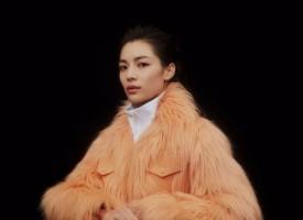 法国当地时间2017年10月3日,路易威登2018春夏女装秀于卢浮宫博物馆拉开帷幕。群星闪耀时空交错的秀场,在摄影师Arnaud Laj