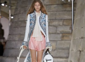 2017年10月3日,路易威登2018春夏女装秀于卢浮宫博物馆拉开帷幕,过去与现在汇聚一处,旅行的脚步突破时空的桎梏。路易威登2018春