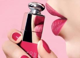 全新Dior迪奥魅惑染唇蜜由Dior迪奥魅惑唇膏系列代言人詹妮弗·劳伦斯(Jennifer Lawrence)倾情演绎,在这一全新魅惑染唇