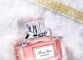 圣诞佳节将近,Dior迪奥呈献二零一七圣诞大片《冬日寻迹珍宝》。您可在影片中寻觅到一款款如珍宝般的香氛、护肤和彩妆臻品,为您增添假日魅力。