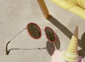 2018全新春夏眼镜广告形象大片如梦似幻,宛若重回少年时期般的纯真。2018 Gucci全新春夏眼镜广告形象大片,由品牌大使倪妮再次演绎。