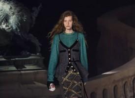 巴黎时间2018年3月6日,路易威登2018秋冬女装秀于卢浮宫勒芙埃尔中庭拉开帷幕。充满历史感的石墙,19世纪的庭院斜坡连接极具未来感的银